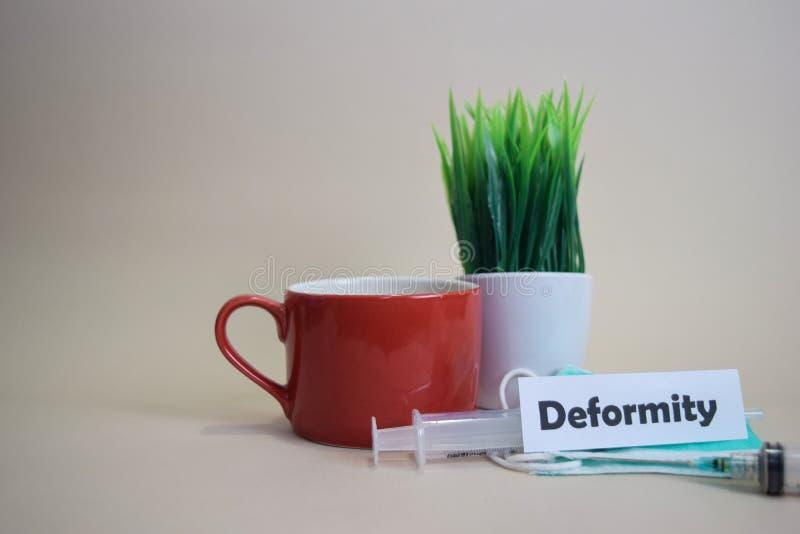 Testo di deformità, vaso dell'erba, tazza di caffè, siringa e maschera verde del fronte Concetto medico e di affari di Healtcare/ fotografia stock