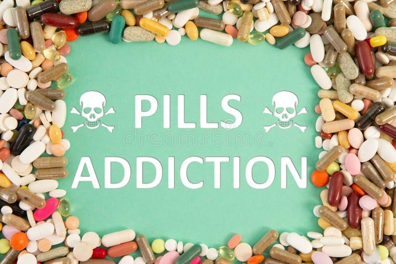 Testo di dipendenza delle pillole con la struttura colourful della medicina fotografie stock libere da diritti