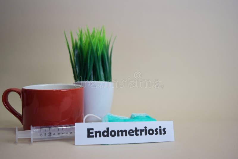 Testo di endometriosi, vaso dell'erba, tazza di caffè, siringa e maschera verde del fronte fotografie stock libere da diritti