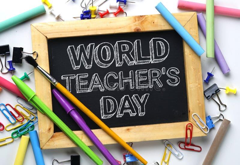 Testo di giorno del ` s dell'insegnante del mondo Lavagna della struttura di legno fra la scuola immagine stock libera da diritti