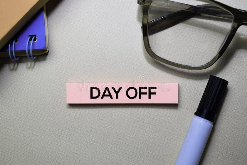 Testo di giorno libero sulle note appiccicose isolate sulla scrivania fotografia stock libera da diritti