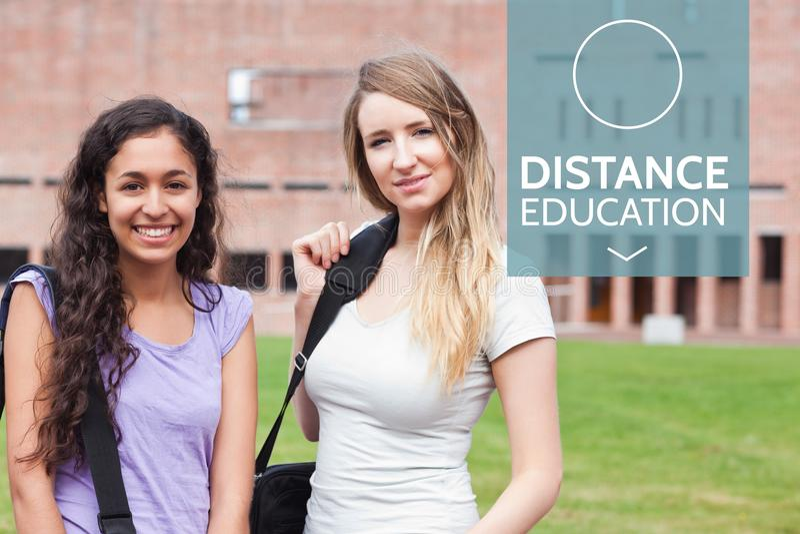 Testo di istruzione a distanza e stare delle donne immagini stock libere da diritti