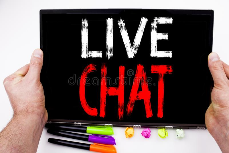 Testo di Live Chat scritto sulla compressa, computer nell'ufficio con l'indicatore, penna, cancelleria Concetto di affari per la  fotografia stock