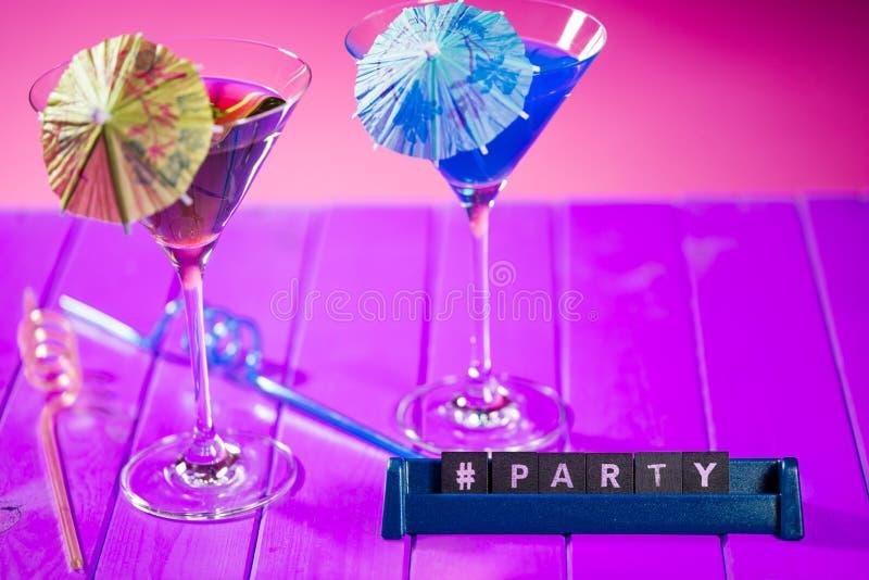Testo di parola di titolo del partito di Hashtag con i vetri di cocktail della spiaggia di divertimento immagini stock libere da diritti
