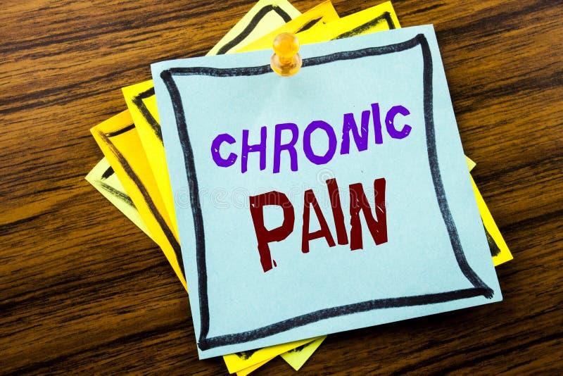 Testo di scrittura che mostra dolore cronico Concetto di affari per ritenere cattiva cura malata scritta su carta per appunti app immagini stock libere da diritti