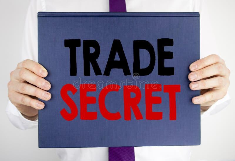 Testo di scrittura che mostra segreto commerciale Concetto di affari per protezione dei dati scritta sulla tenuta della carta del immagini stock
