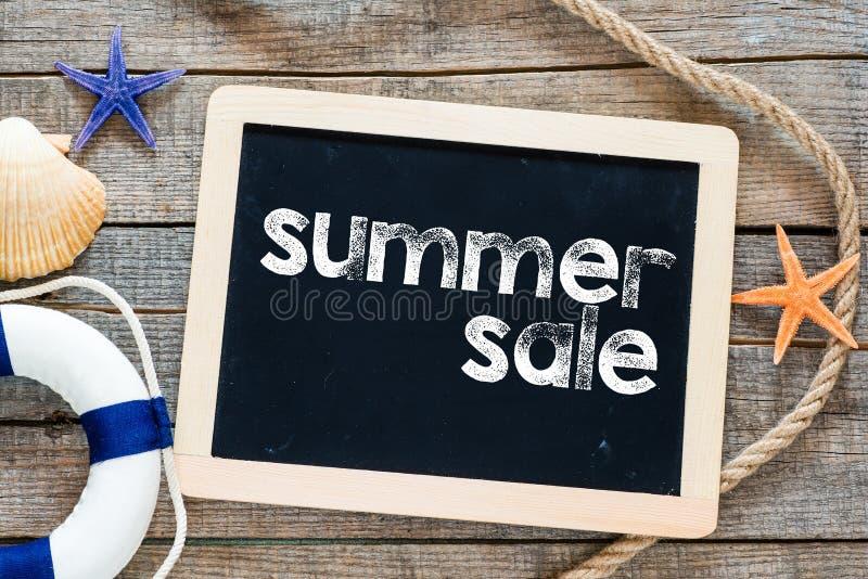 Testo di vendita di estate sulla lavagna fotografia stock libera da diritti