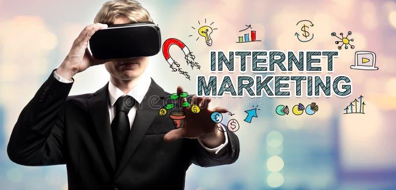 Testo di vendita di Internet con l'uomo d'affari facendo uso di una realtà virtuale immagini stock