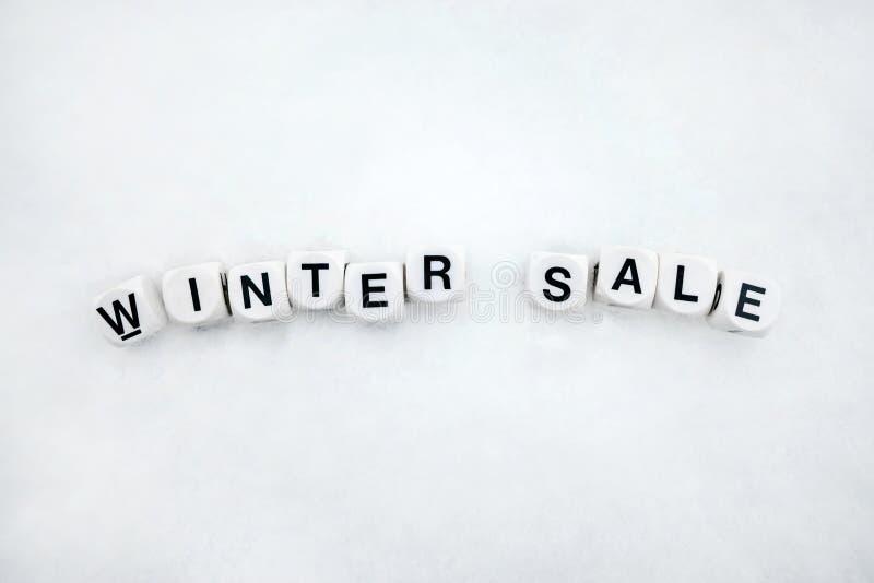 Testo di vendita di inverno dai blocchi di plastica bianchi sul fondo della neve C fotografia stock