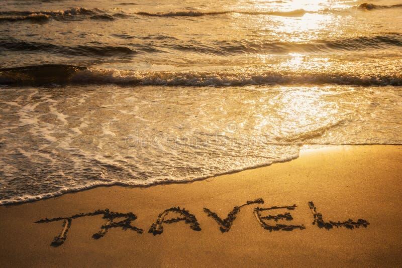 Testo di viaggio scritto nella sabbia fotografia stock libera da diritti