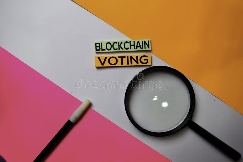 Testo di voto di Blockchain sulle note appiccicose con il concetto della scrivania di colore immagini stock libere da diritti