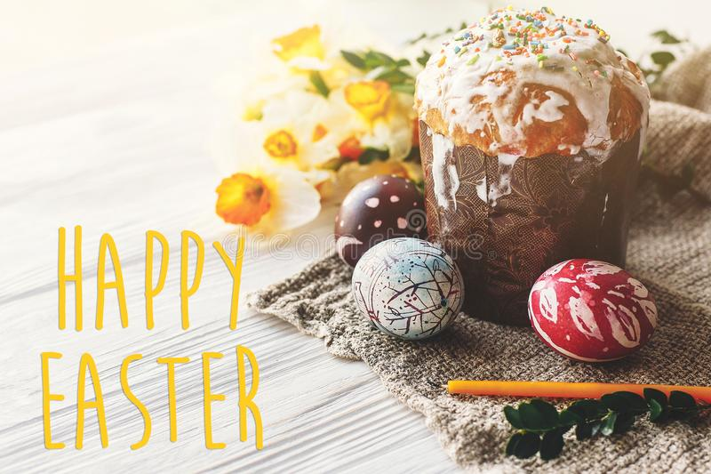 Testo felice di pasqua Cartolina d'auguri del ` s di stagione uovo dipinto alla moda fotografia stock