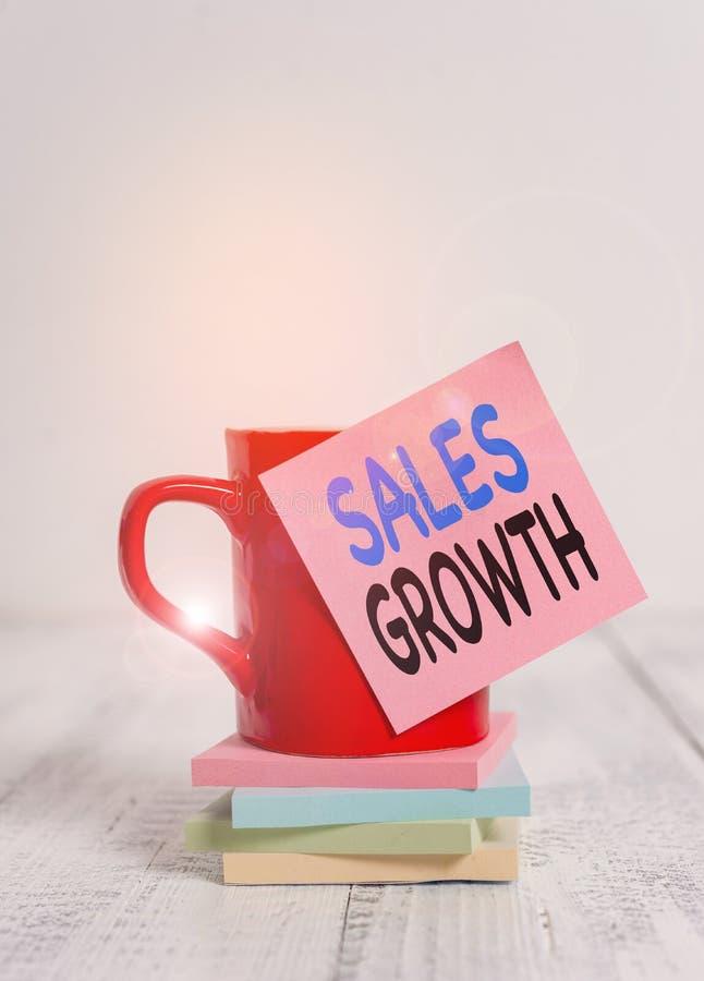 Testo grafia Crescita vendite Concetto che significa capacità di aumentare i ricavi per un periodo di tempo fisso Biglietto per c immagini stock libere da diritti