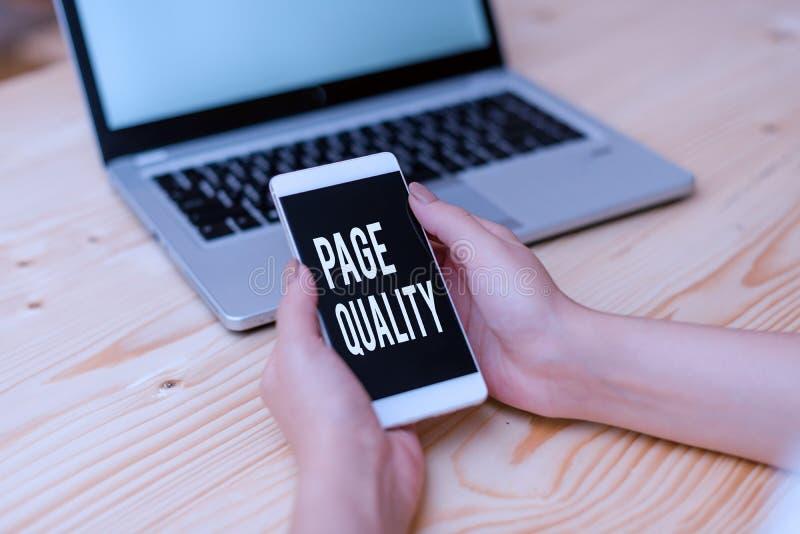 Testo grafia Qualità pagina Concetto che significa efficacia di un sito web in termini di aspetto e funzione femminile immagini stock