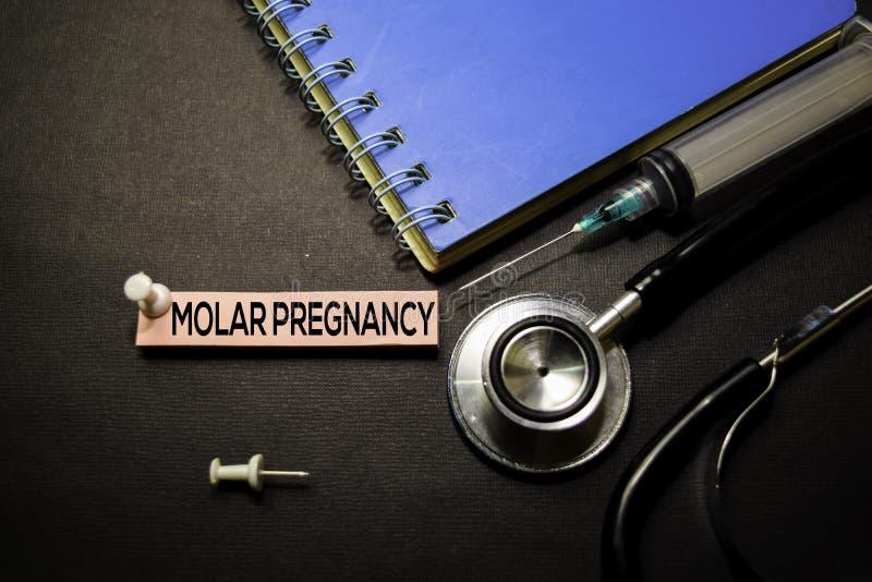 Testo molare di gravidanza sulle note appiccicose Vista superiore isolata su fondo nero Sanit?/concetto medico fotografia stock libera da diritti