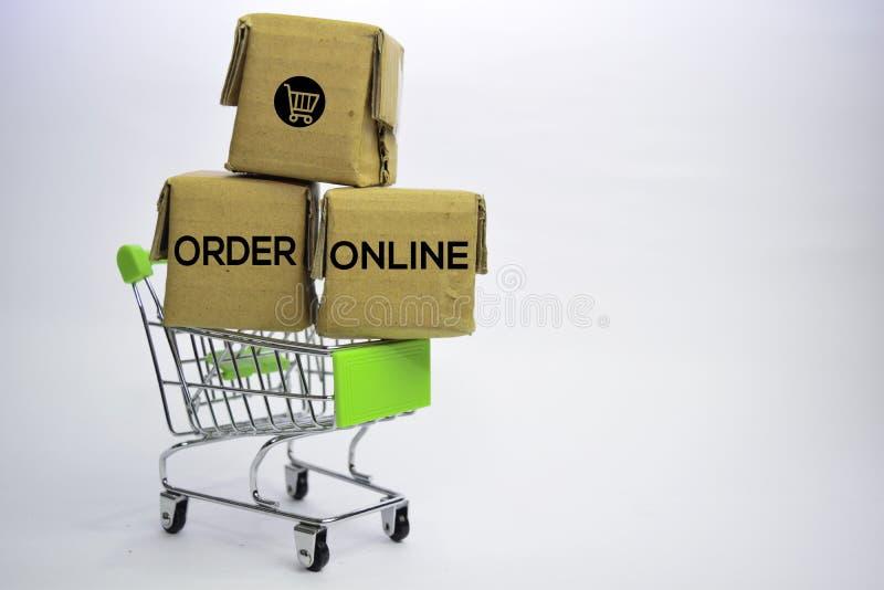 Testo online di ordine in piccole scatole e carrello Concetti circa acquisto online Isolato su priorit? bassa bianca fotografia stock