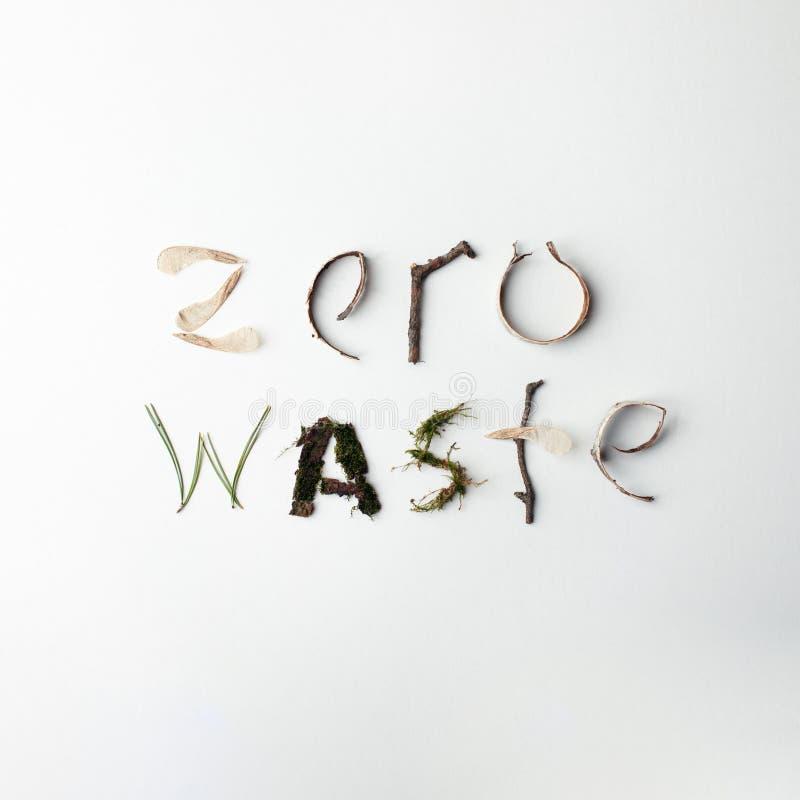 Testo organico naturale residuo zero dai deteails della foresta su fondo bianco, ecologico, iscrizione di ecologia, minimalismo c fotografie stock