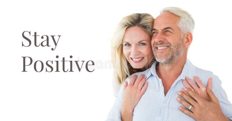 Testo positivo di soggiorno e più vecchie coppie felici fotografia stock libera da diritti