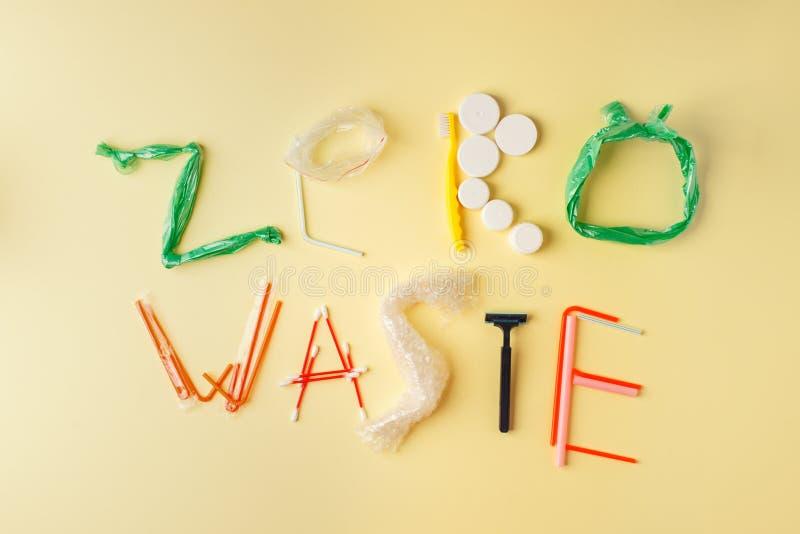 Testo residuo zero dai prodotti di plastica su fondo giallo, concetto ecologico di protezione della terra immagine stock libera da diritti