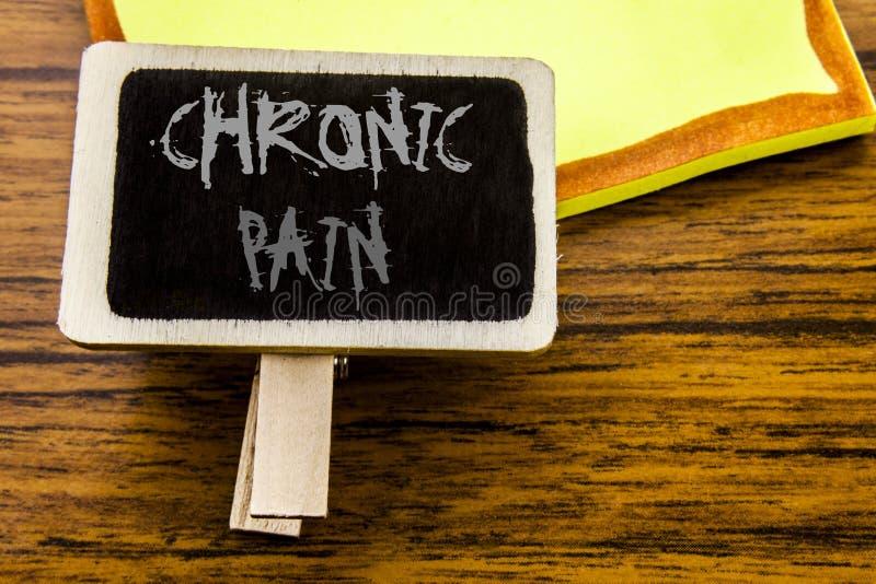 Testo scritto a mano che mostra dolore cronico Concetto di affari per ritenere cattiva cura malata scritta sul bordo di annuncio  fotografia stock