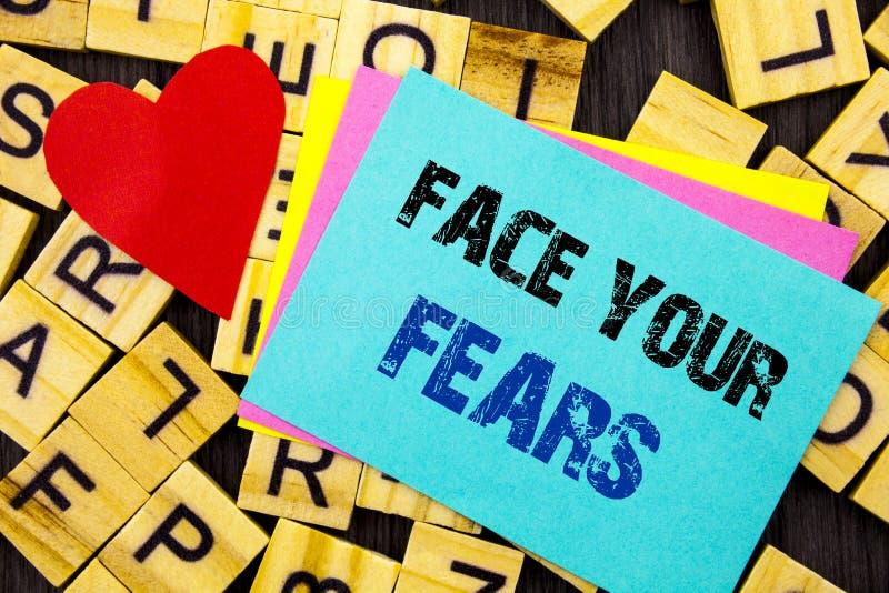 Testo scritto a mano che mostra a fronte i vostri timori Valore coraggioso della foto di sfida di timore di fiducia concettuale d immagine stock