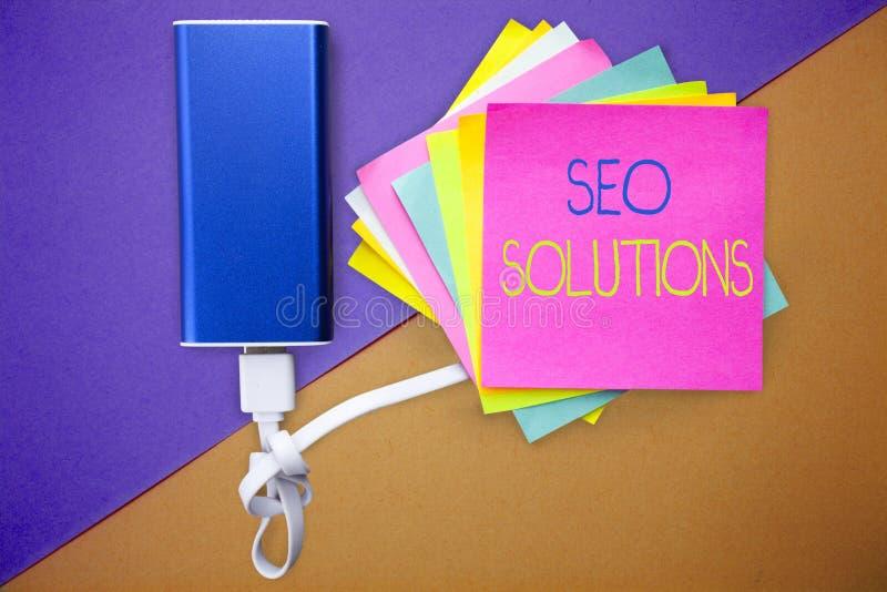 Testo Seo Solutions di scrittura di parola Concetto di affari per gli ospiti di aumento della pagina di risultato del motore di r immagini stock
