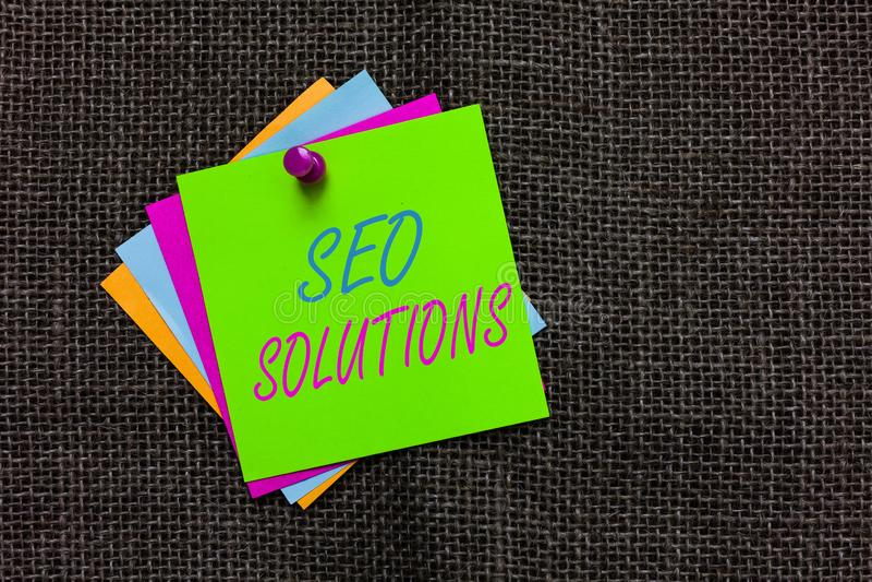 Testo Seo Solutions di scrittura di parola Il concetto di affari per gli ospiti di aumento della pagina di risultato del motore d fotografia stock