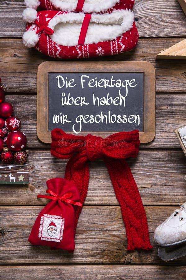 Testo tedesco su un tabellone per le affissioni: Abbiamo aperto sulle feste di natale fotografia stock libera da diritti