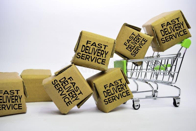 Testo veloce di servizio di distribuzione in piccole scatole e carrello Concetti circa acquisto online Isolato su priorit? bassa  fotografia stock