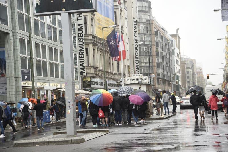 Testpunkt Charlie In Berlin Germany i spöregnet arkivfoto
