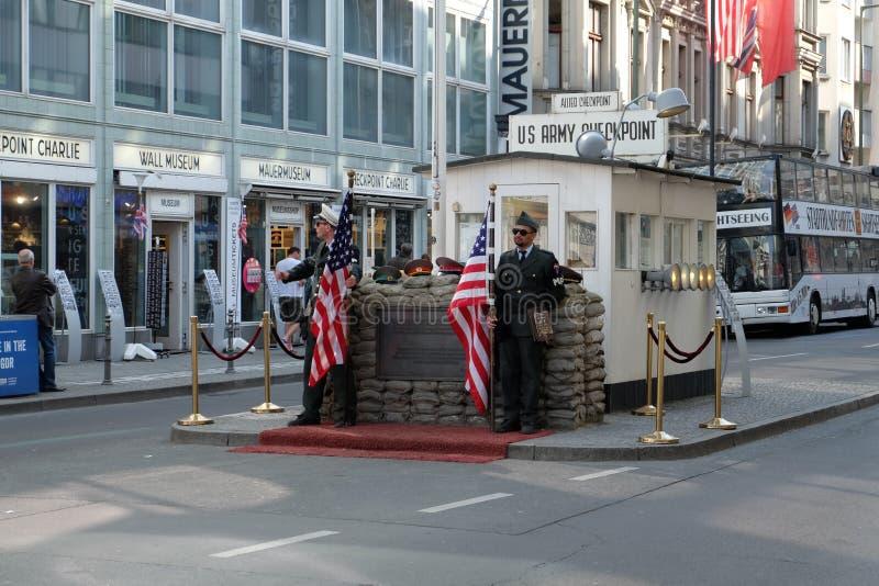 Testpunkt Charlie Berlin med soldater fotografering för bildbyråer
