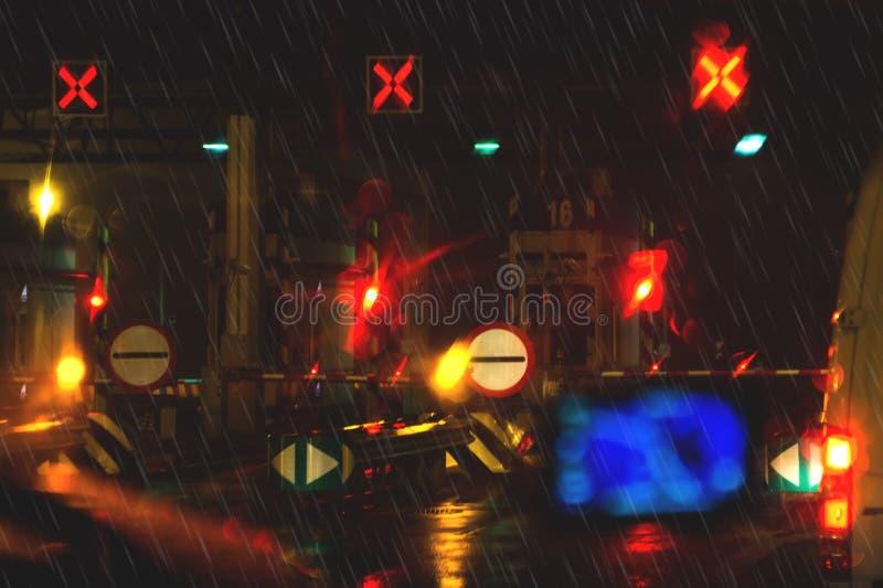 Testpunkt för att tillträdeet automatiskt ska betala huvudvägen Aftontimmarna av regn Dåligt väder och fattig synlighet på vägarn royaltyfri fotografi
