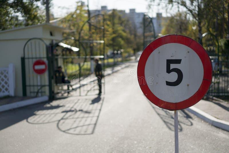 Testpunkt hastighetsbegränsningtecken fotografering för bildbyråer