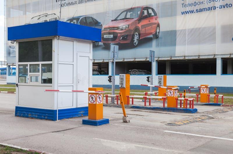 Testpunkt vid bilparkeringen i flygplatsterminalen Kurumoch royaltyfri fotografi