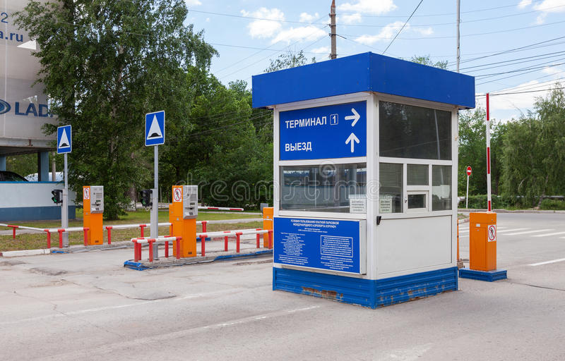 Testpunkt vid bilparkeringen i flygplatsterminalen Kurumoch arkivfoto