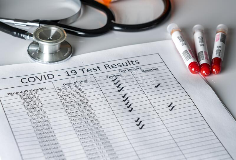 Teströhren aus Blut mit positiven Ergebnissen zur Coronavirus-Kontrolle stockbilder