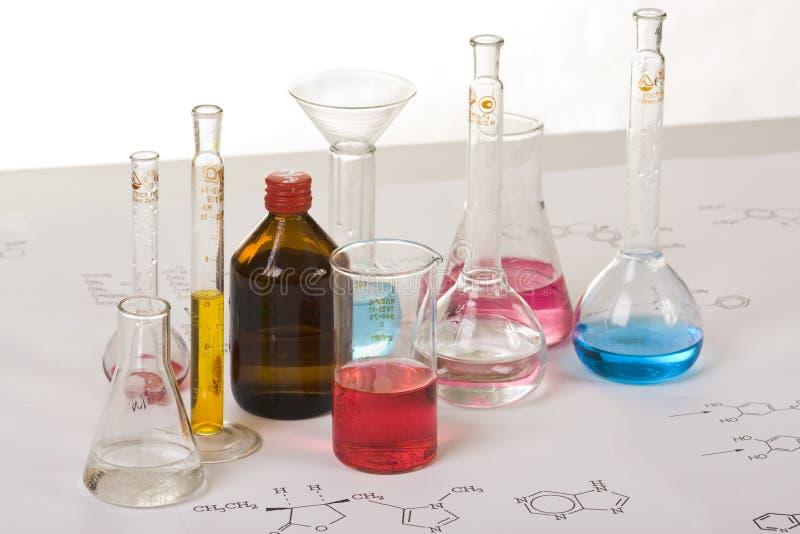 Testtubes op een lijst met chemicaiformule royalty-vrije stock foto's