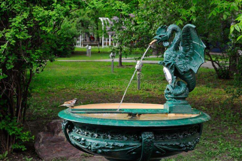 Tet-a-tet nahe dem Wasser stockbilder