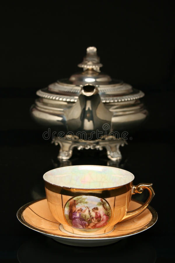 Tetera de plata y una taza china antigua de té foto de archivo libre de regalías