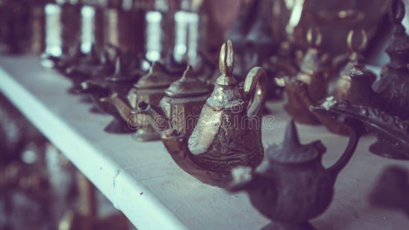 Tetera grabada turco del metal del vintage imágenes de archivo libres de regalías