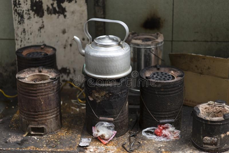 Tetera que hierve en estufas rústicas en las calles de Hanoi, Vietnam imagen de archivo libre de regalías
