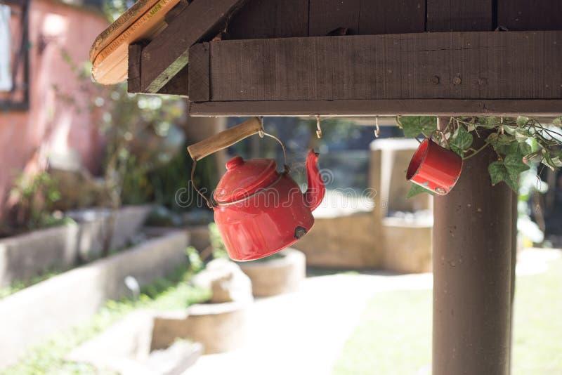Tetera roja y taza roja imágenes de archivo libres de regalías