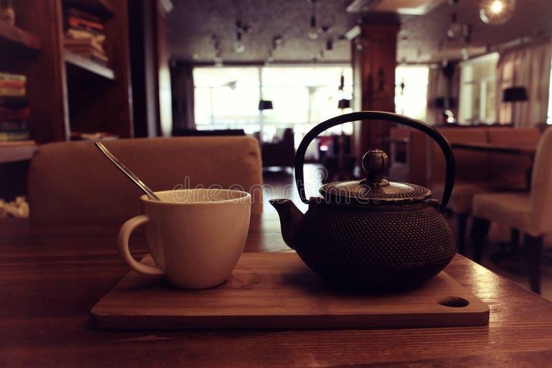 Tetera y taza de té imagen de archivo