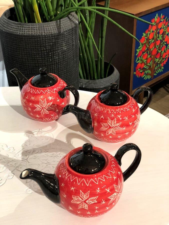 Teteras coloridas para el té Funcionamiento hermoso fotografía de archivo