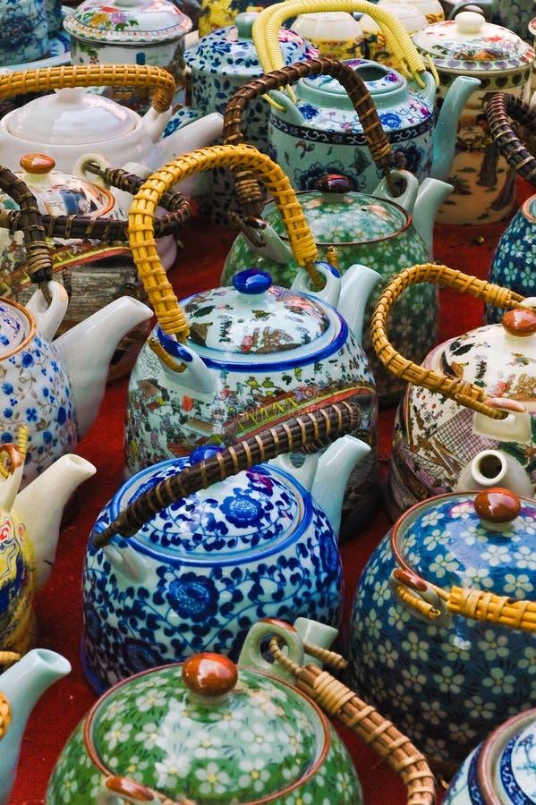 Teteras orientales de cerámica coloridas. fotografía de archivo