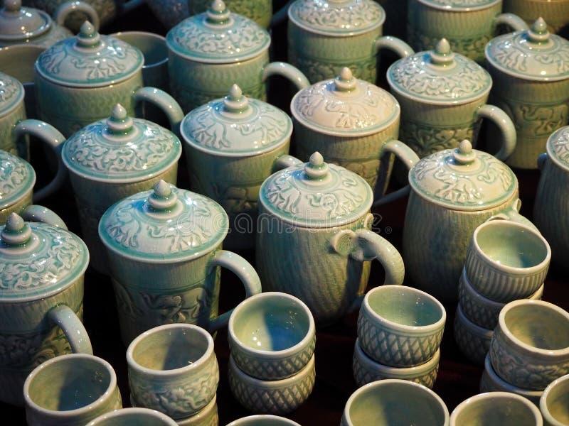 Teteras y tazas de cerámica hermosas imágenes de archivo libres de regalías