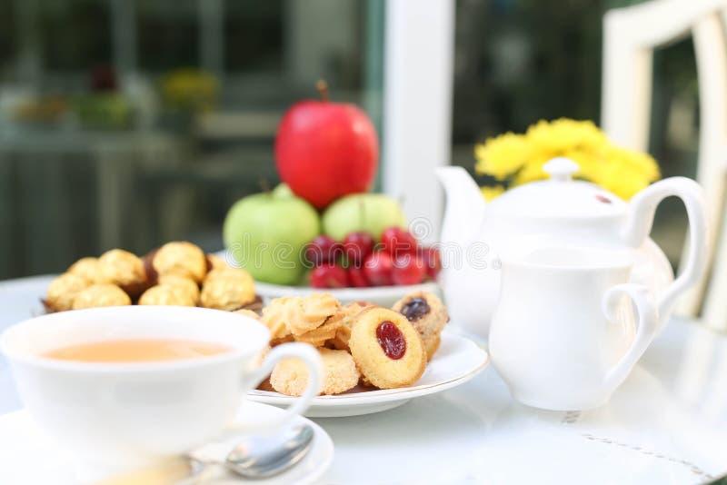 Tetid med choklad och kakor eller kex och frukt royaltyfri fotografi