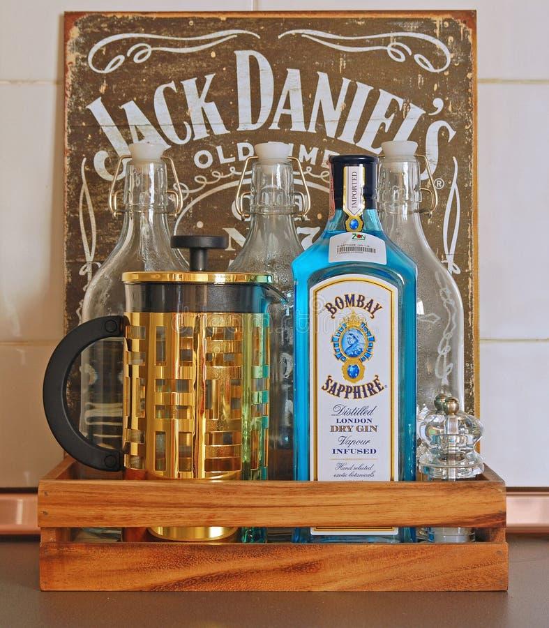 Tetillverkare, gin, tomglas i ett magasin arkivbilder