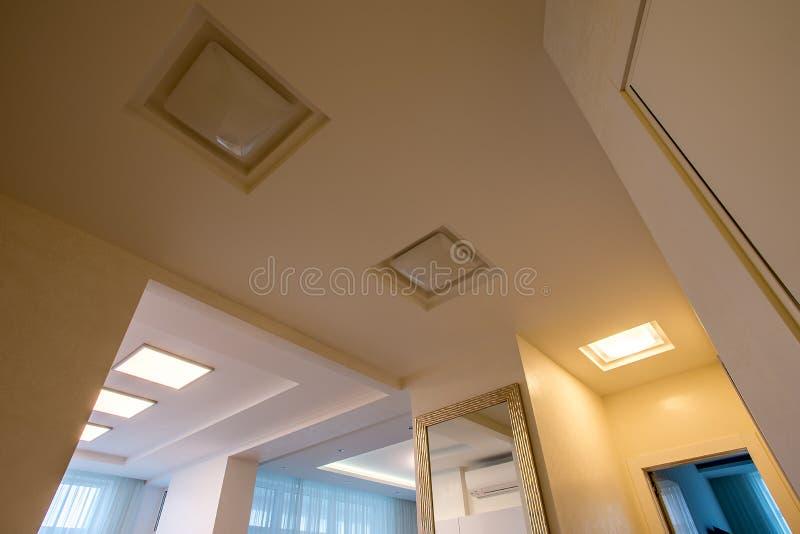 Teto branco iluminado com diodo emissor de luz imagens de stock