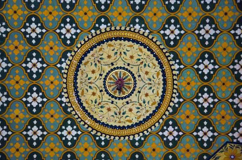 Teto colorido, Raj Vilas Palace Hotel, Jaipur, Rajasthan, Índia imagens de stock